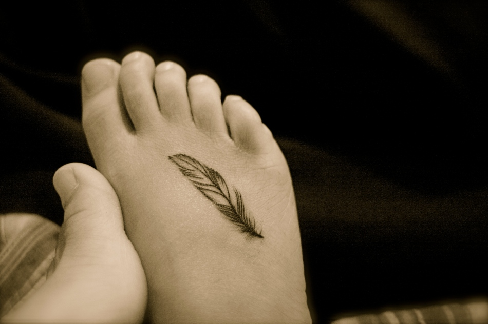 New-Feather-Tattoos-On-Foot-Picture-